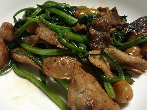豚肉とウインナーとほうれん草を使った世にも奇妙な料理。
